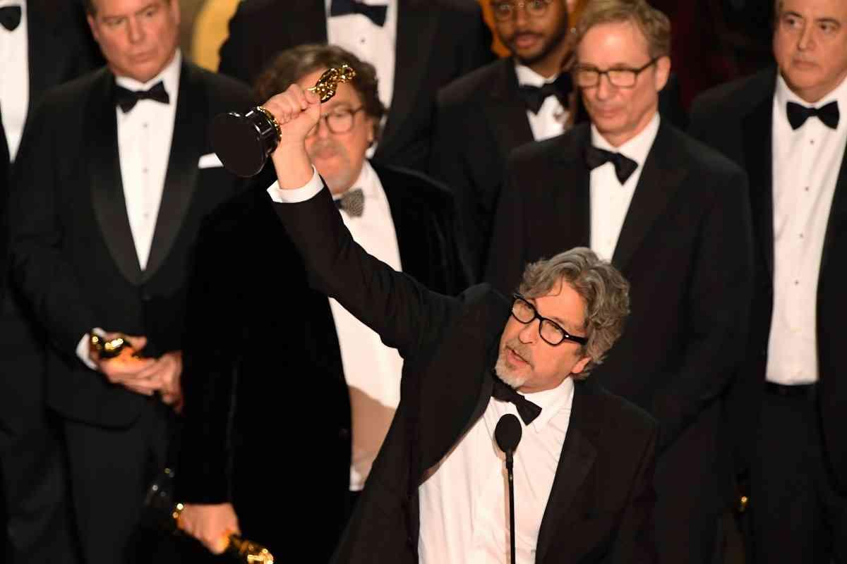 ग्रीन बुक चलचित्रका लागि ओस्कर पुरस्कार लिँदै निर्देशक पीटर फेरेली